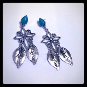 🔵 Beautiful silver tone earrings